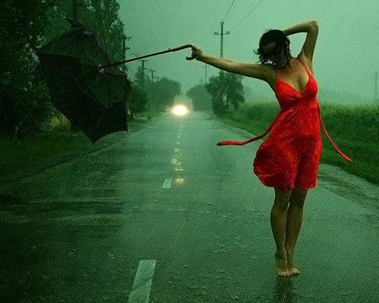 Фото прикол  про дождь и девушек