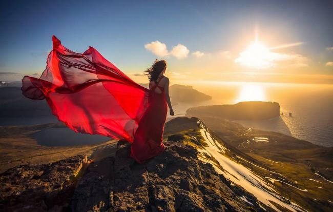 Фото прикол  про закат, горы и девушек
