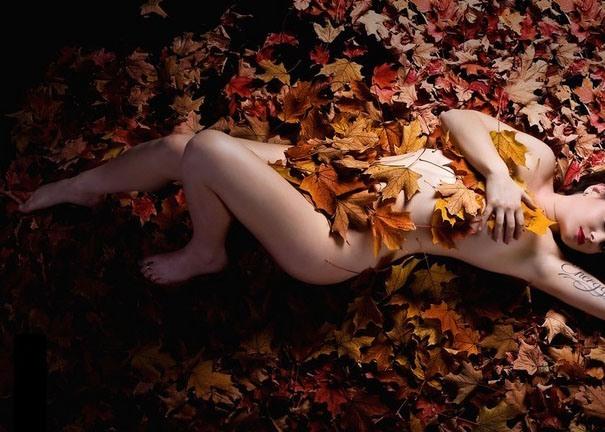 Фото прикол  про осень, раздетых людей и эротику