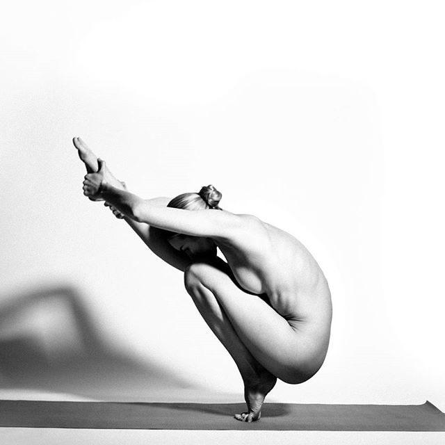 Фото прикол  про йогу, раздетых людей пошлый
