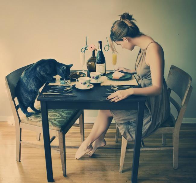 Фото прикол  про девушек и котов