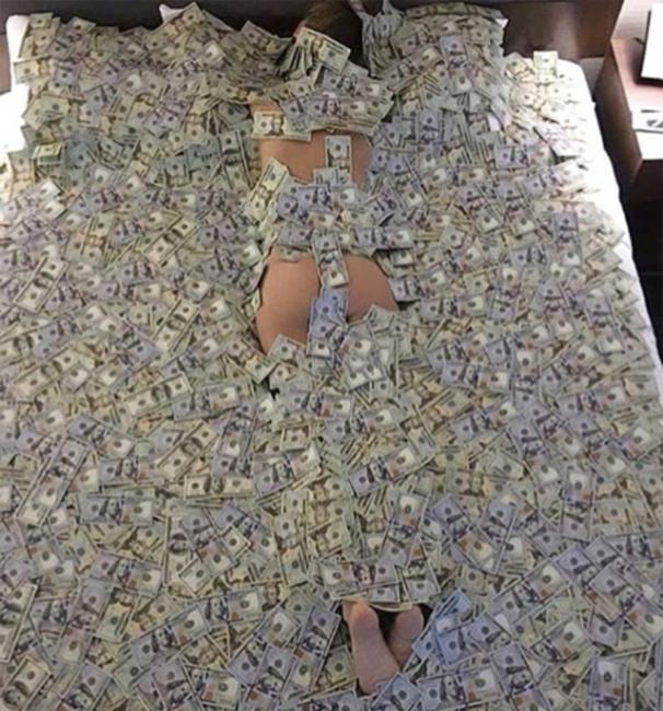 Фото прикол  про женщин, раздетых людей и деньги
