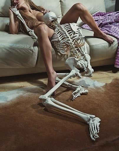 Фото прикол  про скелет, оральный секс, интимный, черный пошлый