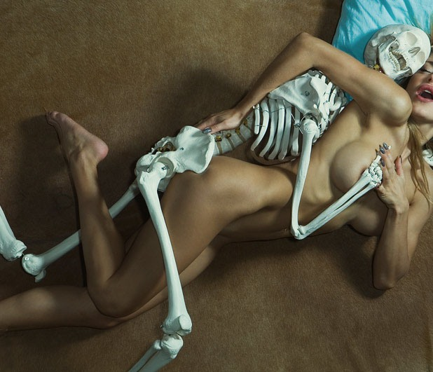 Фото прикол  про секс, скелет, интимный черный