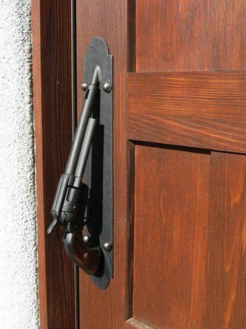 Фото прикол  про дверь и оружие