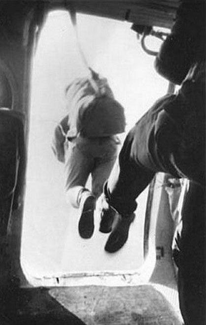 Фото прикол  про парашютистов черный