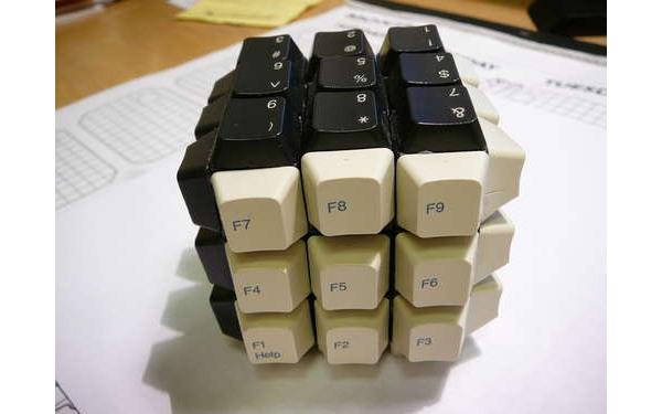 Фото прикол  про клавиатуру и кубик рубика