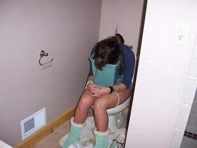 Фото прикол  про девушек, тошноту и туалет