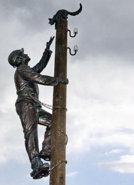 Фото прикол  про электриков и памятник