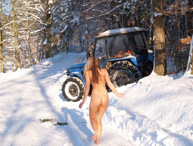 Фото прикол  про раздетых людей, девушек, задницу, трактор пошлый