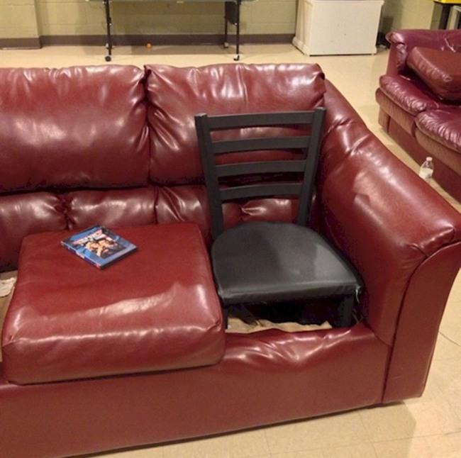 Фото прикол  про стулья и диван
