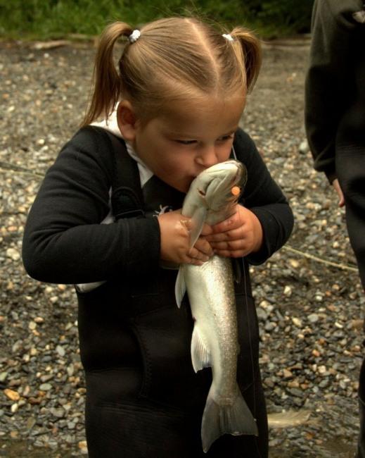 Фото прикол  про маленькую девочку и рыбу