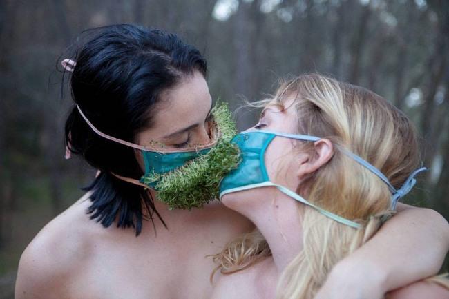 Фото прикол  про поцелуи, лесбиянок пошлый