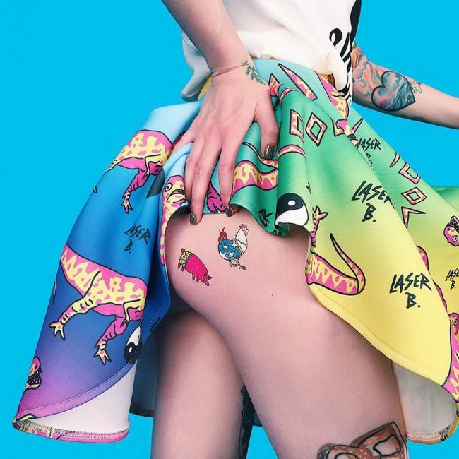 Фото прикол  про ягодицы и татуировку