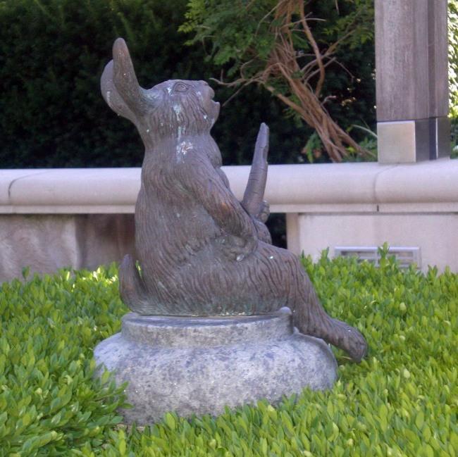 Фото прикол  про памятник, зайцев и морковку