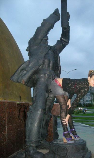 Фото прикол  про памятник и девушек