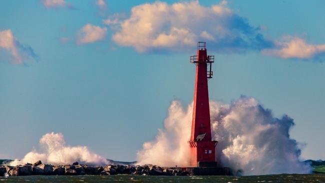 Фото прикол  про маяк и волну