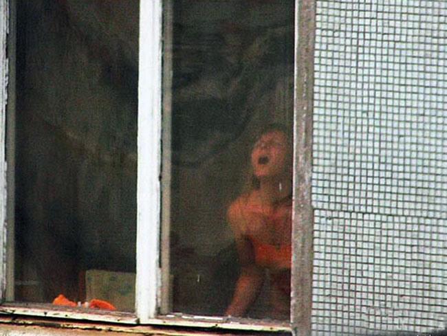 Фото прикол  про девушек, оргазм и окна