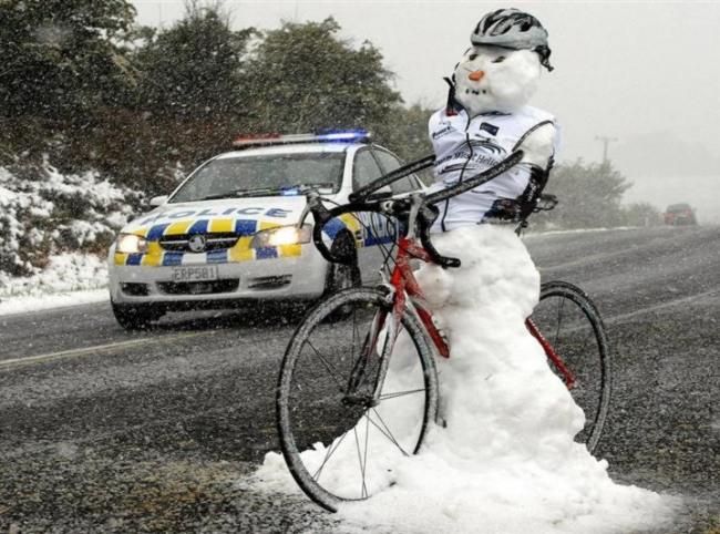 Фото прикол  про снеговика и велосипедистов