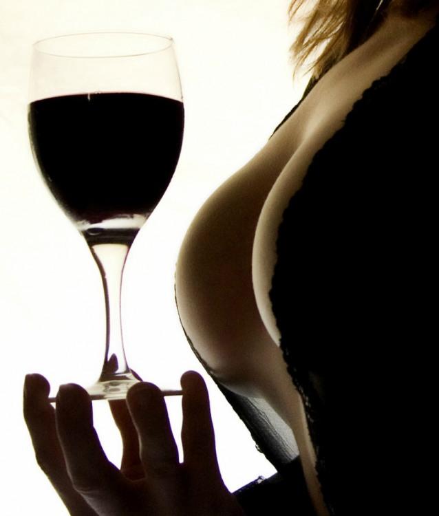 Фото прикол  про вино и женскую грудь