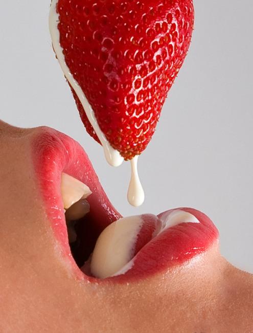 Фото прикол  про клубнику и губы