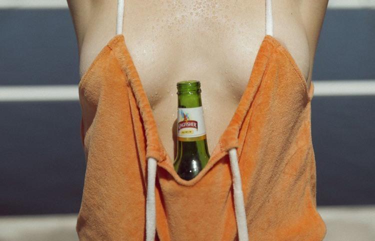 Фото прикол  про пиво, женскую грудь пошлый
