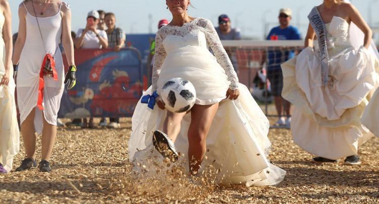 Фото прикол  про невесту и футбол