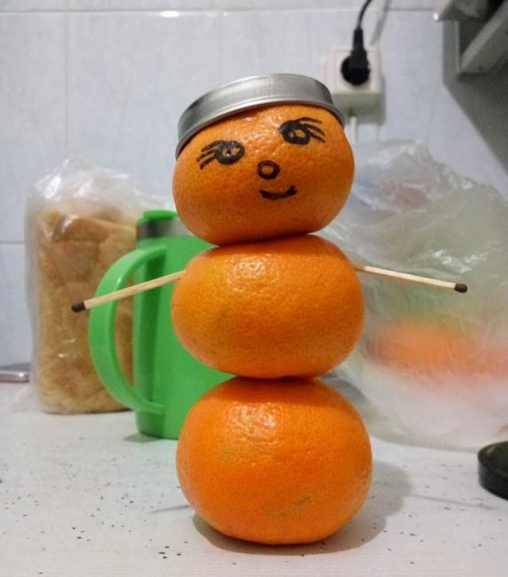 Фото прикол  про мандарин и снеговика