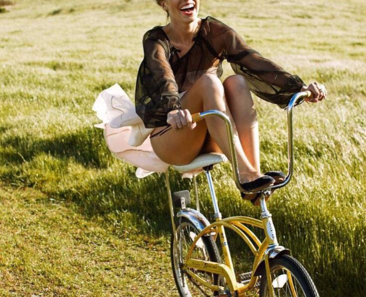 Фото прикол  про велосипедистов и девушек