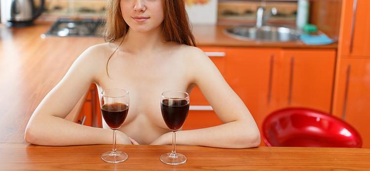 Фото прикол  про вино, женскую грудь пошлый