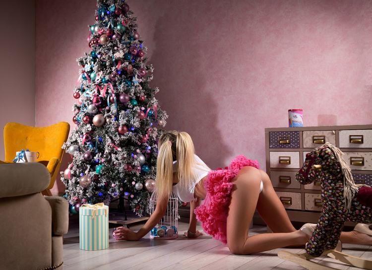 Фото прикол  про ёлку, блондинок, ягодицы и новый год