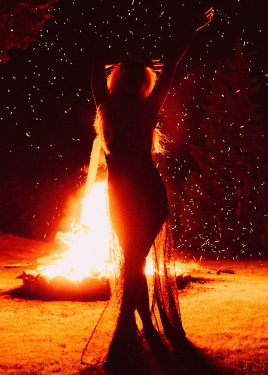 Фото прикол  про девушек и огонь