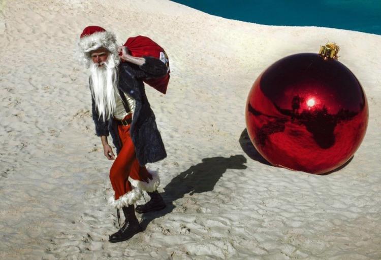 Фото прикол  про пустыню, деда мороза и новый год