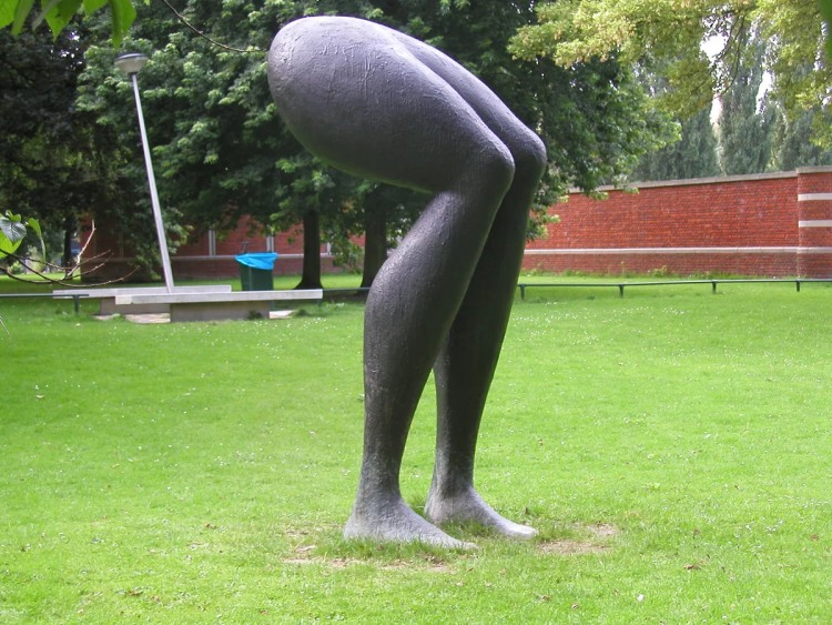Фото прикол  про скульптуры и ноги