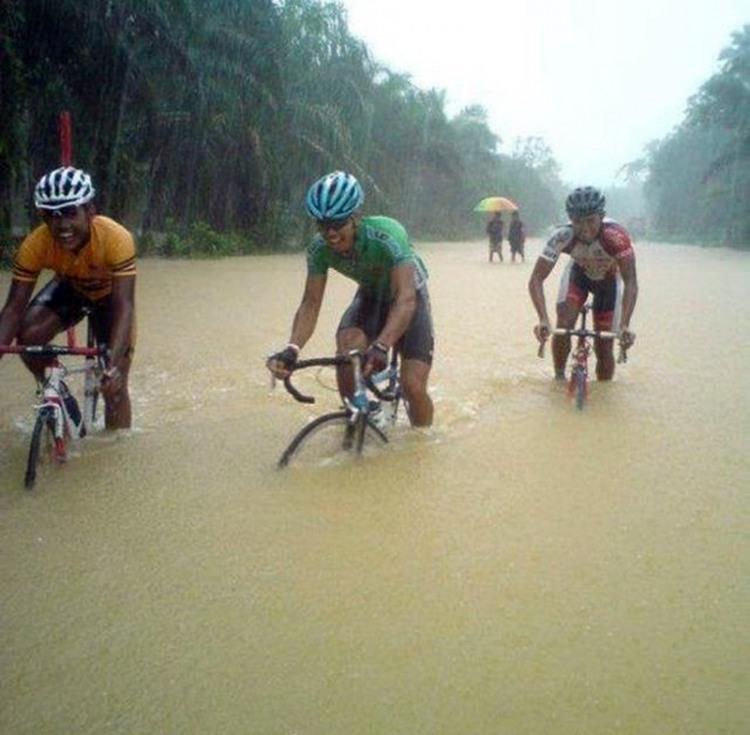 Фото прикол  про велосипедистов и дождь