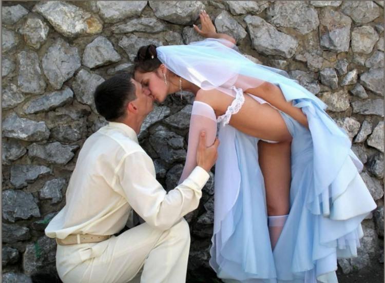 Фото прикол  про жениха, невесту, поцелуи, засветы пошлый