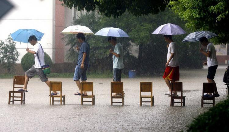 Фото прикол  про стулья и дождь