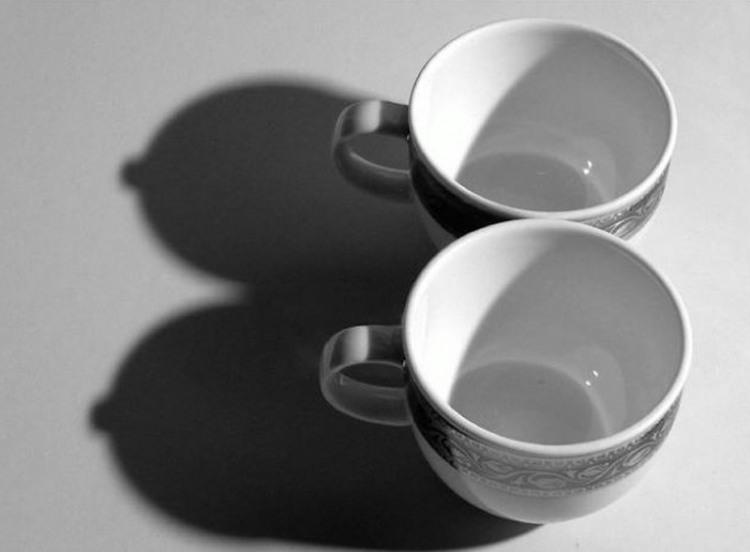 Фото прикол  про чашку, тень игра воображения