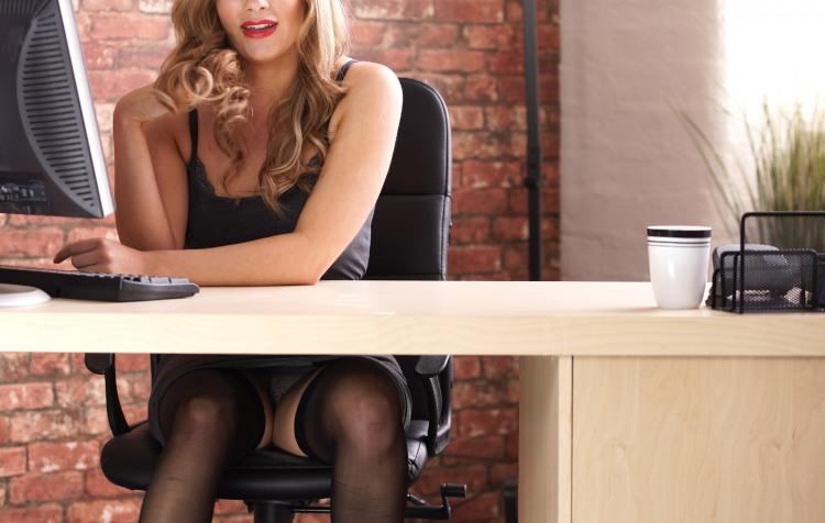 Фото прикол  про секретаршу, подглядывание пошлый