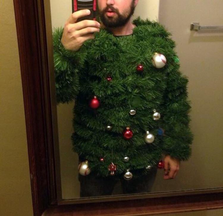 Фото прикол  про ёлку, свитер и селфи