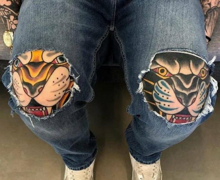 Фото прикол  про татуировку, дырку и джинсы