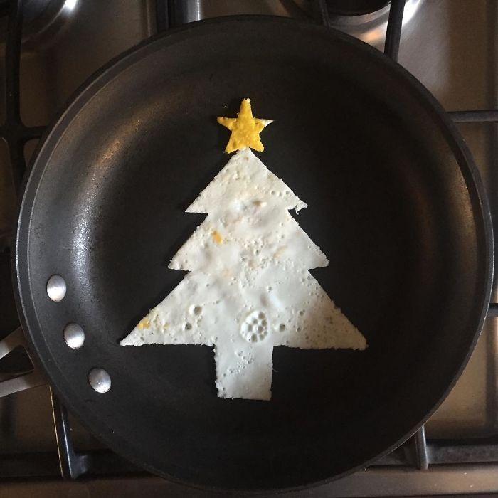 Фото прикол  про яйца, ёлку и приготовление пищи