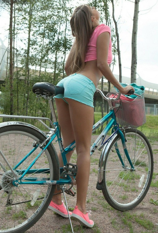 Фото прикол  про девушек и велосипедистов