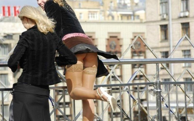 Фото подняла юбку и показала голую жопу