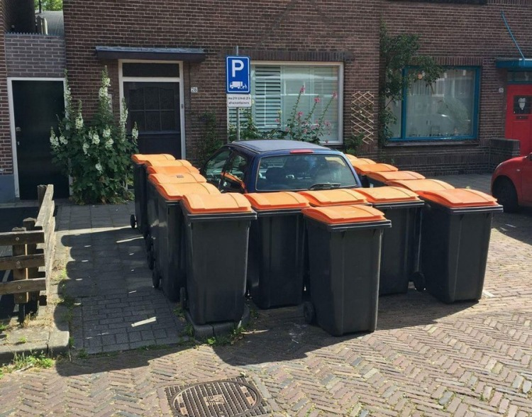 Фото прикол  про мусорный бак и автомобили
