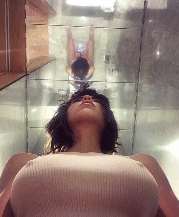 Фото прикол  про селфи, туалет, зеркало, женскую грудь пошлый