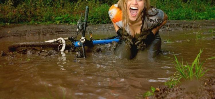 Фото прикол  про велосипедистов, блондинок и грязь