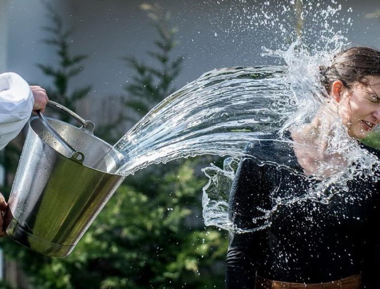 Фото прикол  про девушек и воду