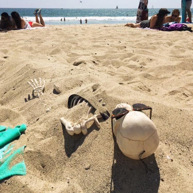 Фото прикол  про скелет, пляж черный