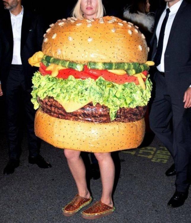 Фото прикол  про костюм и еду